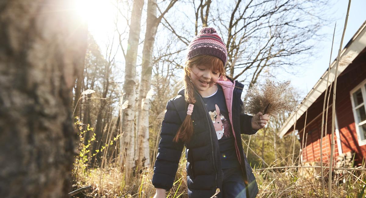 Herbstaktivitäten: Mädchen geht durch den Wald