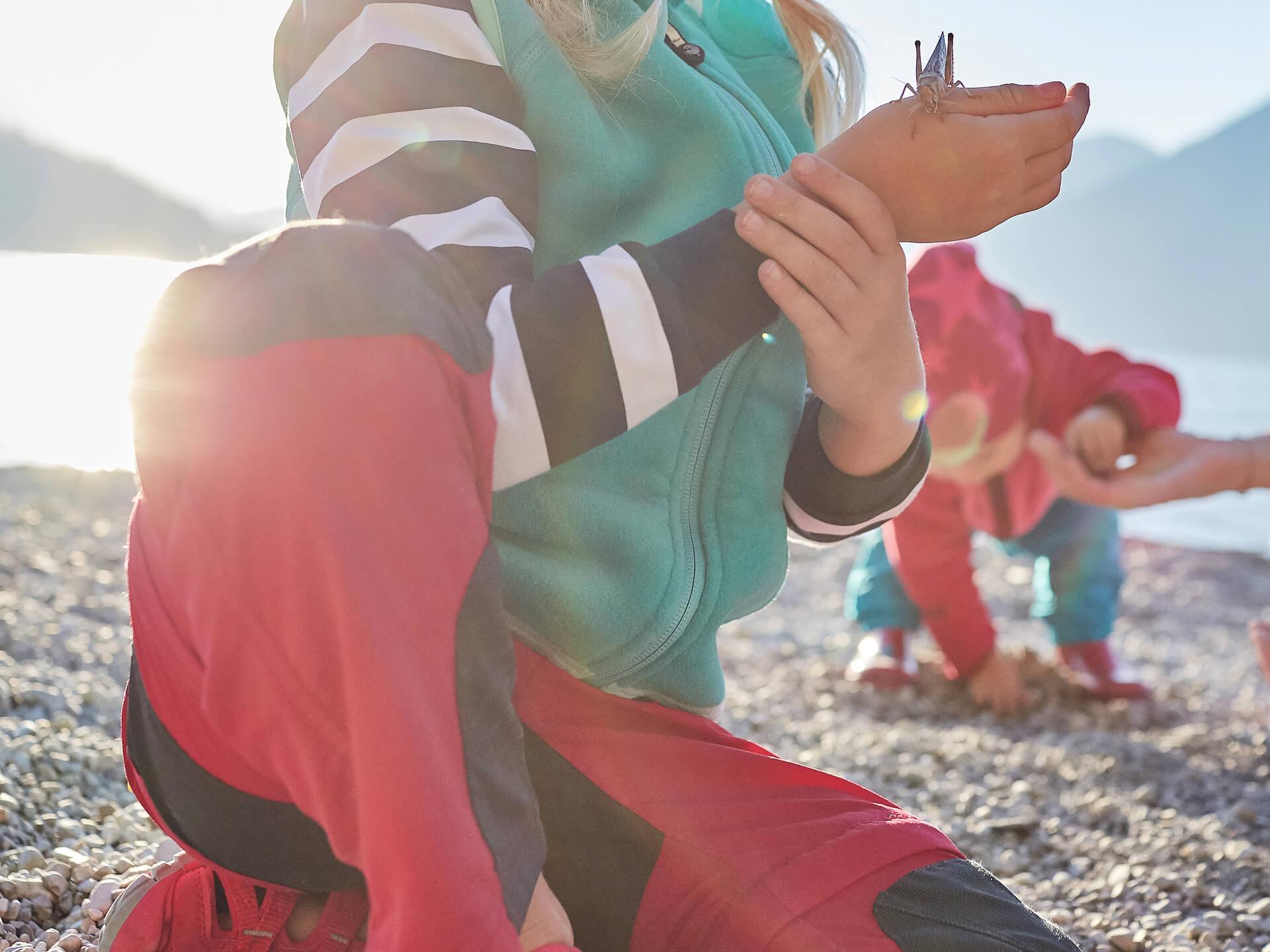 Kind mit funktionaler Winterkleidung
