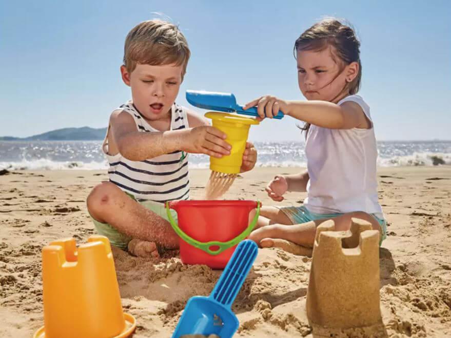 Kinder bauen eine Sandburg