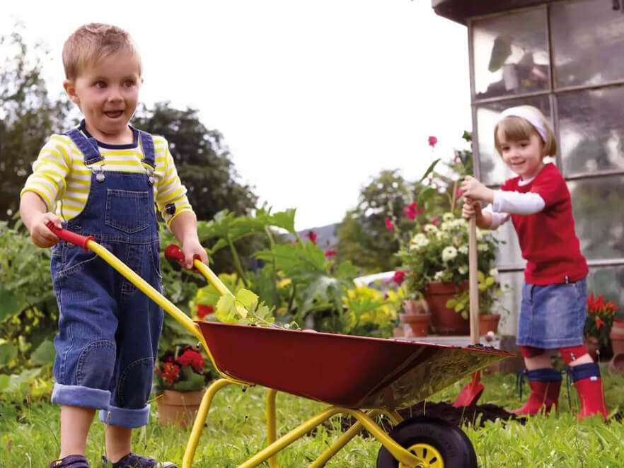 Kinder draußen bei der Gartenarbeit