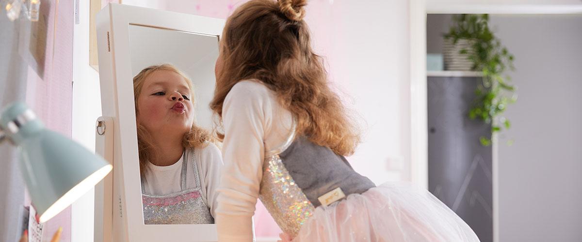Mädchen spielt drinnen und verkleidet sich als Prinzessin