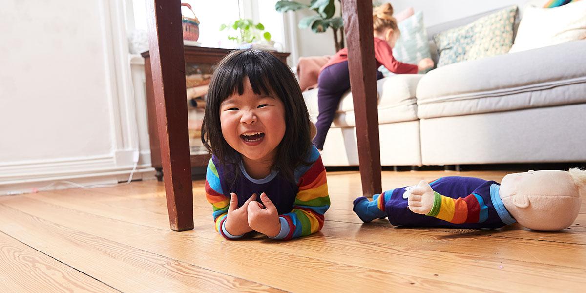 Mädchen spielt drinnen mit einer Puppe